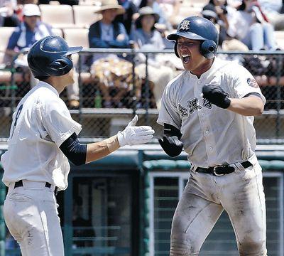 延長十回表、金沢学院2死一、二塁。中(右)が3点本塁打を放つ=県立野球場