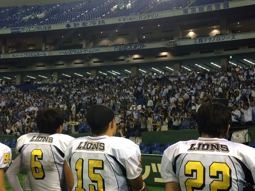 試合後、総立ちでオール三菱の選手たちを迎えるファンら=撮影:Ayako Konishi、8月25日、東京ドーム