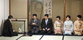 表千家の「初釜」に出席した安倍首相(左から2人目)=17日午後、東京都千代田区(代表撮影)