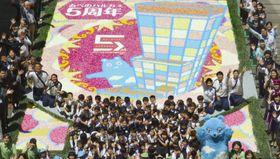 カーネーションの花びらを使って制作された絵画=23日、大阪市の「あべのハルカス」