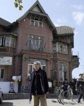 中学生時代に家族と暮らし、終戦を迎えた中国・大連で、かつての自宅前に立つ山田洋次監督(共同)=2010年撮影