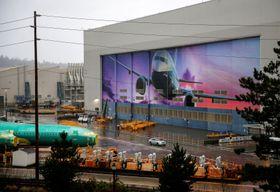 米ボーイングの主力機「737MAX」の胴体が置かれた生産拠点=10日、ワシントン州レントン(ロイター=共同)