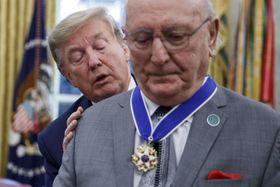 ボブ・クージー氏に大統領自由勲章を授与するトランプ大統領=22日、ワシントン(UPI=共同)
