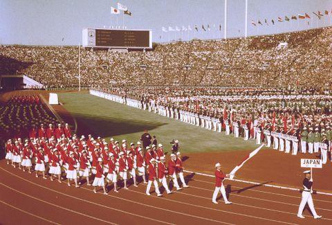 開会式で入場行進する日本選手団=1964年10月10日、国立競技場