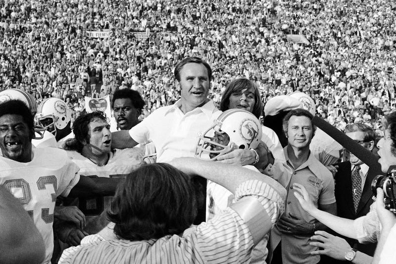 1972年シーズン、無敗でスーパーボウルを制したドルフィンズのHC時代のドン・シューラ氏(AP=共同)