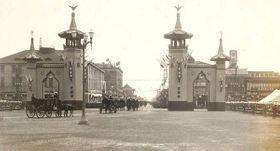 京都駅前に設けられた奉迎門を通過する昭和大礼行幸列の写真(府立京都学・歴彩館蔵)