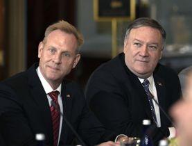 米国のポンペオ国務長官(右)とシャナハン国防長官代行=ワシントン(AP=共同)