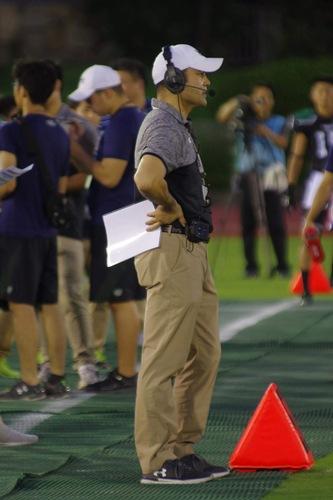 関大との開幕戦で、サイドラインから選手に指示を出す京大の西村大介監督=撮影:Gyaasan