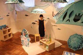 自身のブランド「SUSTO」の傘を手にするKATOさん(京都市下京区・COCON烏丸)