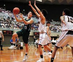 男子準決勝・洛南-報徳 第2クオーター、シュートを放つ報徳の岡村(13)