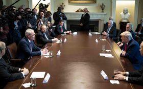 3日、ワシントンのホワイトハウスで米石油大手首脳ら(左)と会談を行うトランプ米大統領(UPI=共同)