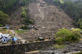 雨などのため捜索活動が中断された山崩れの現場=17日午後、大分県中津市耶馬渓町