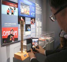 3月31日、中国上海市の国際卓球連盟博物館で、福原愛選手の写真が展示されたエリアの写真を撮る訪問者(共同)