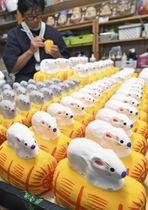 福島県郡山市で最盛期を迎えた来年のえと「子」(ネズミ)の張り子作り=13日