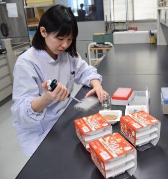Sー903納豆菌や開発商品の品質分析を行っているタカノフーズの研究所=小美玉市野田
