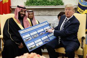 米国からサウジアラビアへの武器輸出に関するボードを示すトランプ大統領(右)とサウジのムハンマド皇太子=3月、ホワイトハウス(AP=共同)