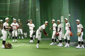雨天のため室内で守備練習をする富岡西高校の選手たち=19日、甲子園球場