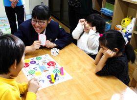 松山商業高の生徒と災害時の行動について学ぶ園児