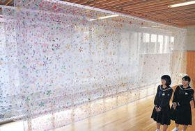 桜を描いたアートを見る美術部員=中能登町中能登中