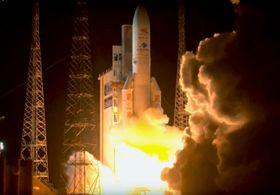 水星探査機を載せて打ち上がるアリアン5ロケット=19日、南米フランス領ギアナのクールー宇宙基地(アリアンスペース提供)