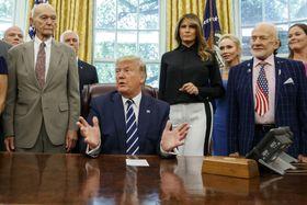 ホワイトハウスでアポロ11号のオルドリン(前列右端)、コリンズ(同左端)両飛行士らと話すトランプ米大統領=19日、ワシントン(AP=共同)