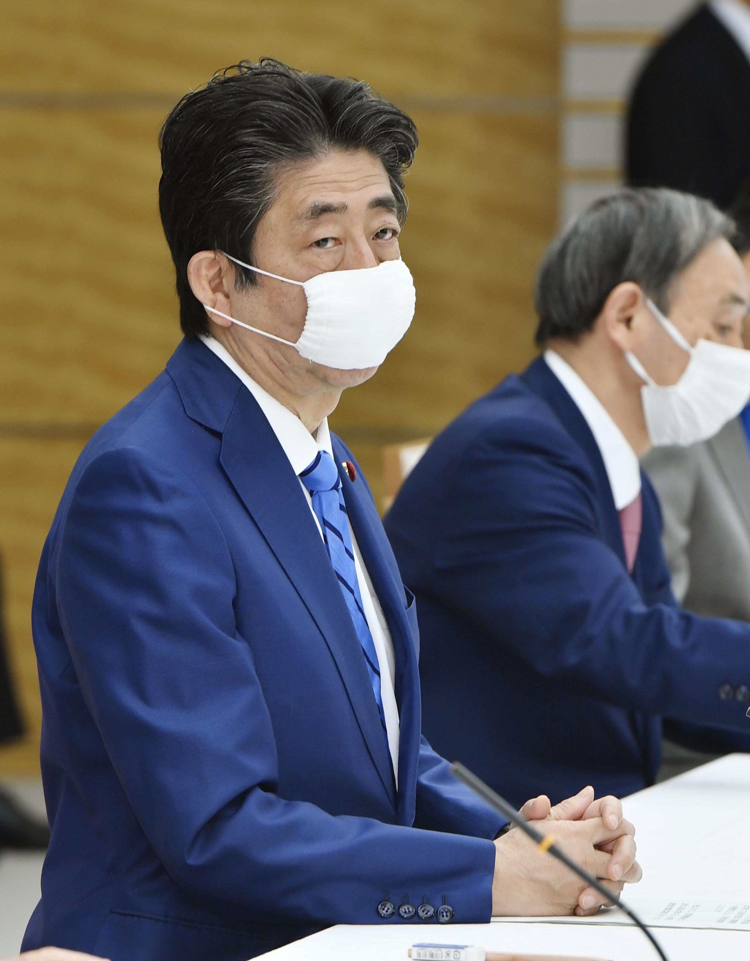 新型コロナウイルス感染症対策本部の会合に臨む安倍首相=27日午後、首相官邸