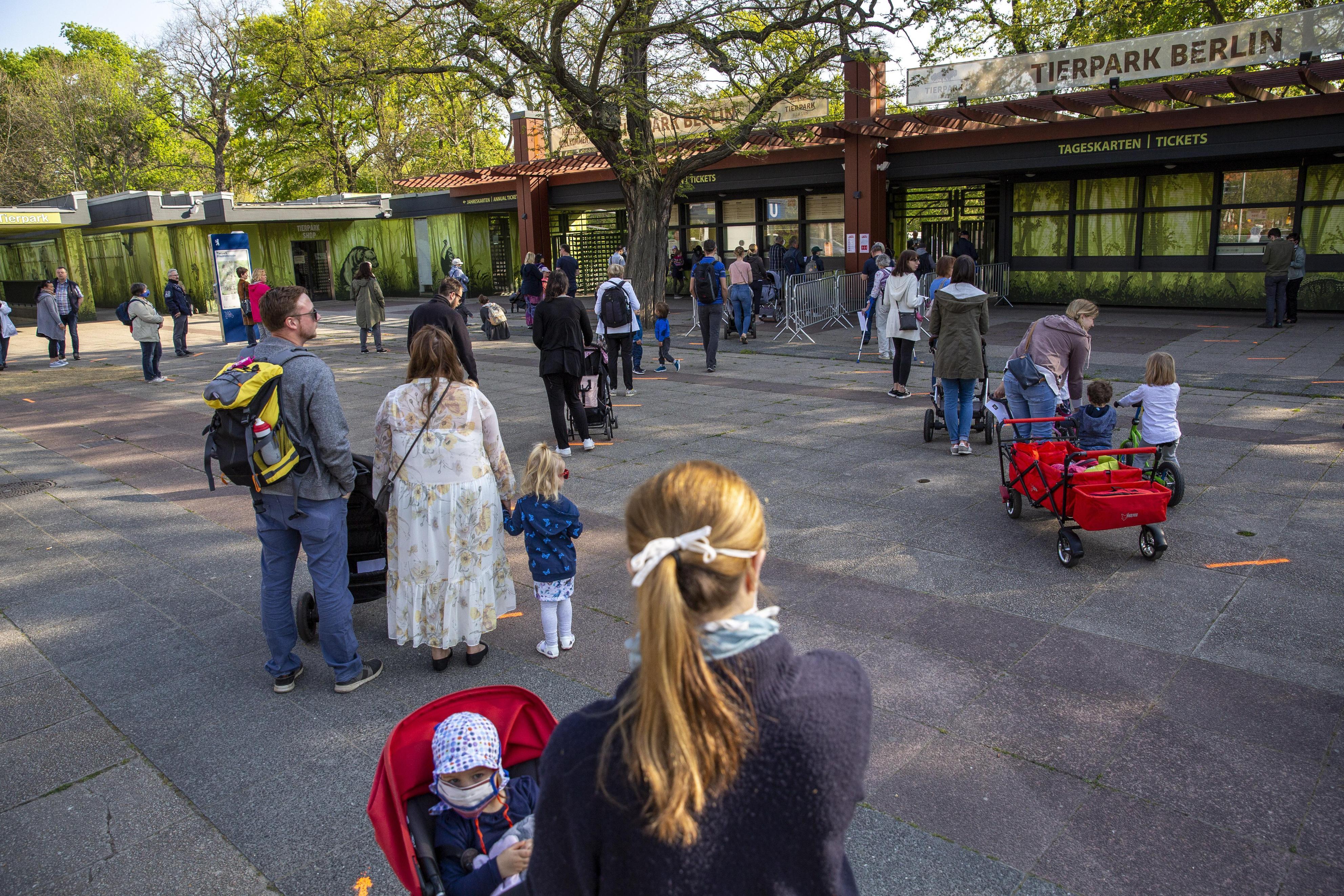動物園の入り口で列をなす親子ら=28日、ベルリン(ゲッティ=共同)