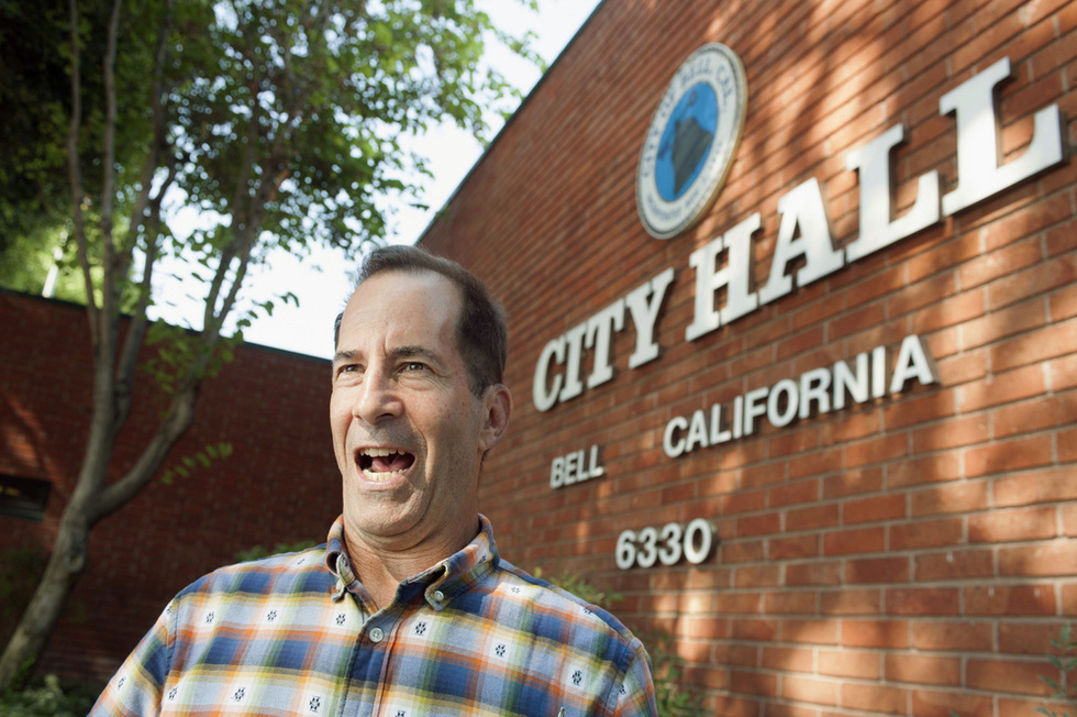 米カリフォルニア州ベル市の庁舎前に立つ、ロサンゼルス・タイムズ紙の元記者ジェフ・ゴットリーブ。同市の幹部が高額の給与を受け取っていることを特ダネで明らかにした(撮影・鍋島明子、共同)