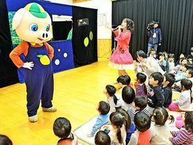 人形劇団の舞台を楽しむ園児たち