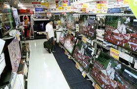 家電量販店のテレビ売り場=東京都豊島区