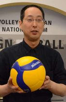 新たなモデルのバレーボールを手にする佐伯社長