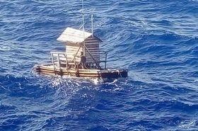 海上を漂流するアルディさんの小屋付きいかだ「ロンポン」=8月31日(在大阪インドネシア総領事館提供)