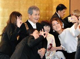 日本ソフトテニス界の発展に尽くしてきた金治義昭さん(中央)。2月の退任慰労会で教え子に囲まれる=姫路市内