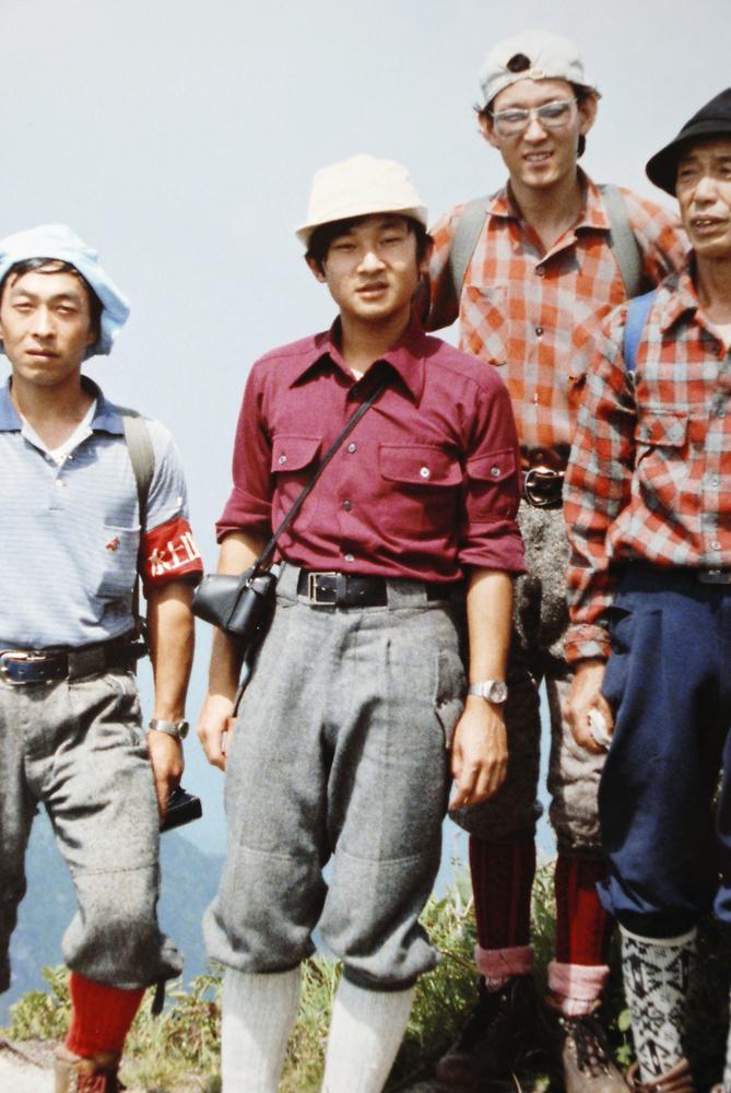 谷川岳の稜線(りょうせん)上に立たれる18歳の天皇陛下=1978年8月(山岳ガイド中島正二さん提供)