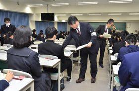 大学入試センター試験に挑む受験生=18日午前、松山市文京町の愛媛大