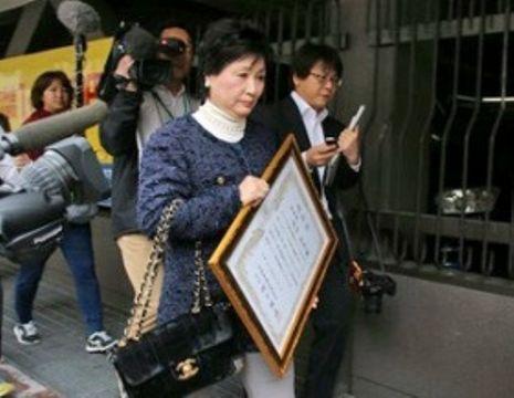 勤続25年表彰を受けた後、報道陣に囲まれる熊本市議の北口和皇氏=2016年12月5日、熊本市
