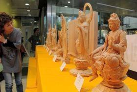 精巧な仏像が並ぶ会場=神戸市中央区三宮町1