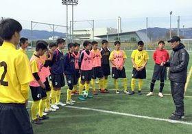 熱心に技術指導した山野孝義さん(右)=佐賀市健康運動センター