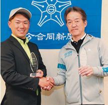 優勝した県勢のプロ・三重野里斗(左)とアマチュアの榎隆則=大分東急ゴルフクラブ