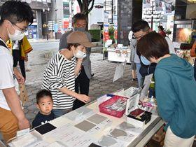 布マスクなど県産品を品定めする買い物客=4日、盛岡市菜園・カワトク