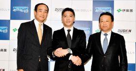 新規パートナー企業の関係者と握手する四国ILの坂口理事長(中央)=松山市