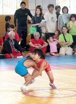 子どもたちが交流を深めたレスリング大会=22日、新潟市西蒲区