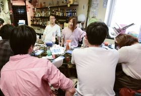 大阪・心斎橋で開かれた「場面緘黙バー」。奥右は主催者の「みなきんぐさん」こと楢松美奈子さん=12日午後