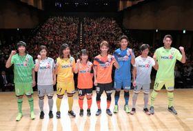 新体制発表会で、今季の新ユニホームを披露するAC長野の選手たち