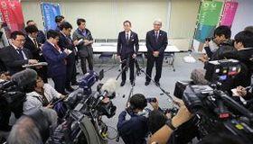 実務者連絡会議後に押し寄せた報道陣の取材に答える札幌市と道の幹部
