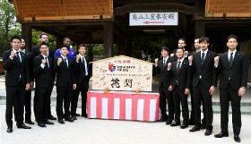 筥崎宮で必勝祈願を終えて記念撮影するB1福岡の選手たち