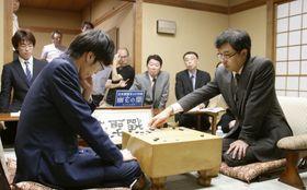 第44期碁聖戦第5局で許家元碁聖(左)を破り、碁聖を獲得した羽根直樹九段=23日、東京都千代田区の日本棋院