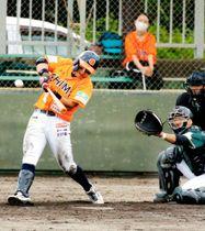 【愛媛MP―香川】8回裏愛媛MP1死一、二塁、有間が右越え適時三塁打を放ち、3―1とする=伊予市しおさい公園野球場