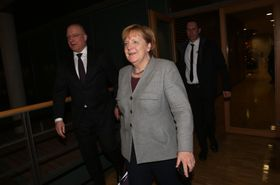 ドイツのベルリンで社会民主党のシュルツ党首らとの会談を終えたメルケル首相=13日(ゲッティ=共同)