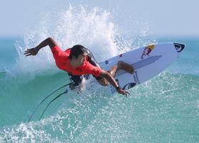 男子決勝で豪快に波を捉える五十嵐カノア。惜しくも優勝を逃し2位となった=愛知県田原市大石海岸